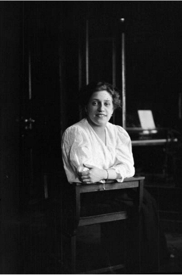 1911. Портрет женщины в интерьере