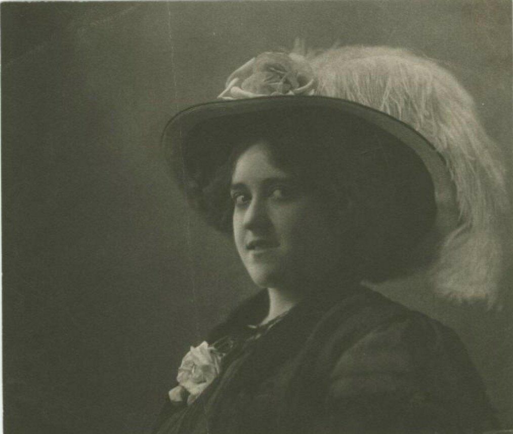 1920-е. Девушка в шляпе с пером