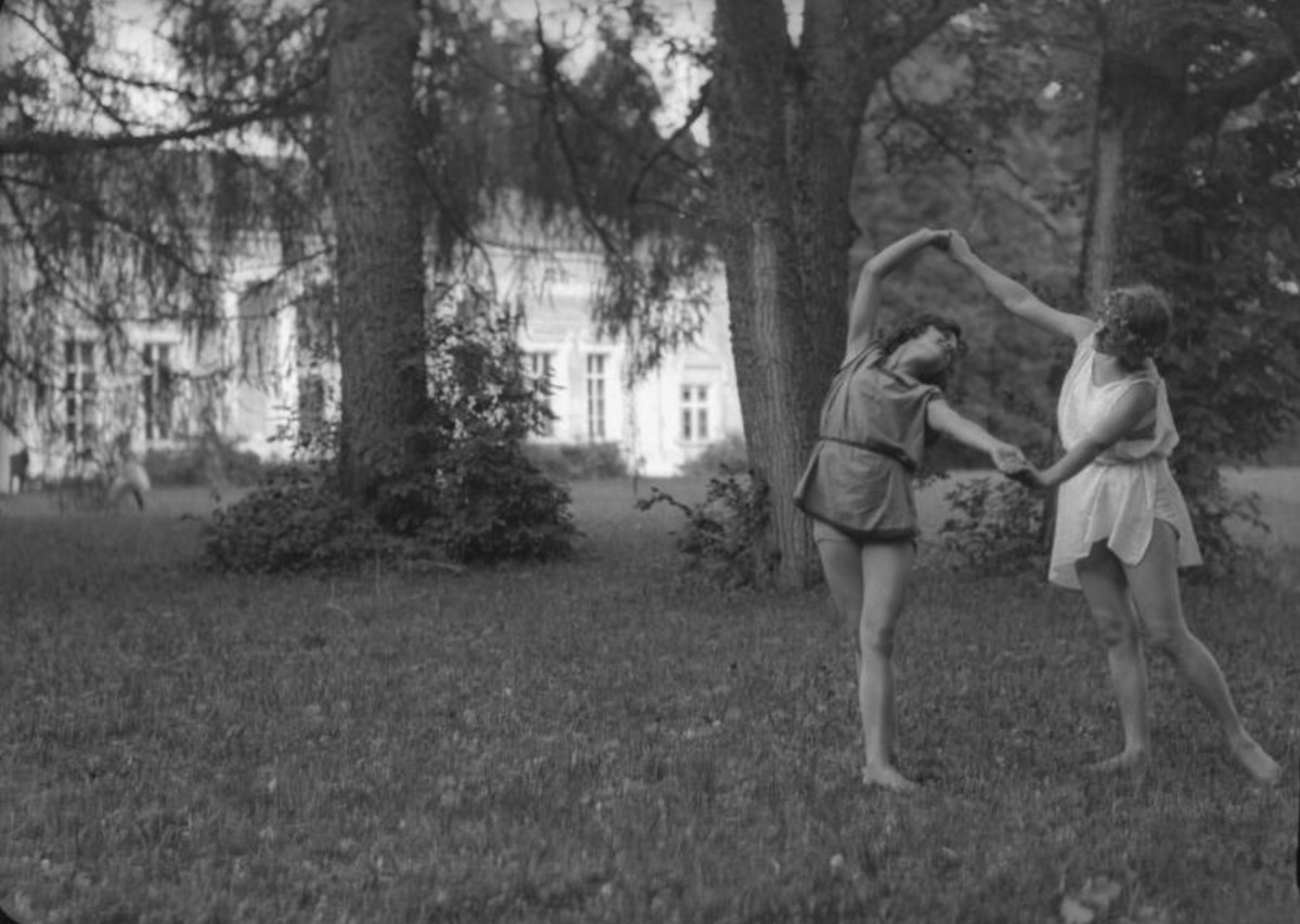 Девушки в туниках на усадебной поляне