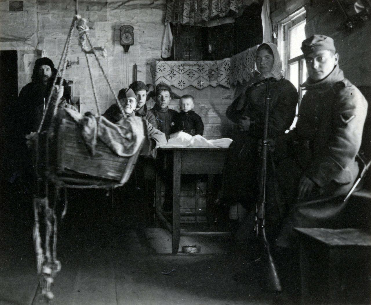 1941. Рославль. В одном из домов местных жителей. Из альбома военврача капрала Бернарда Ланга