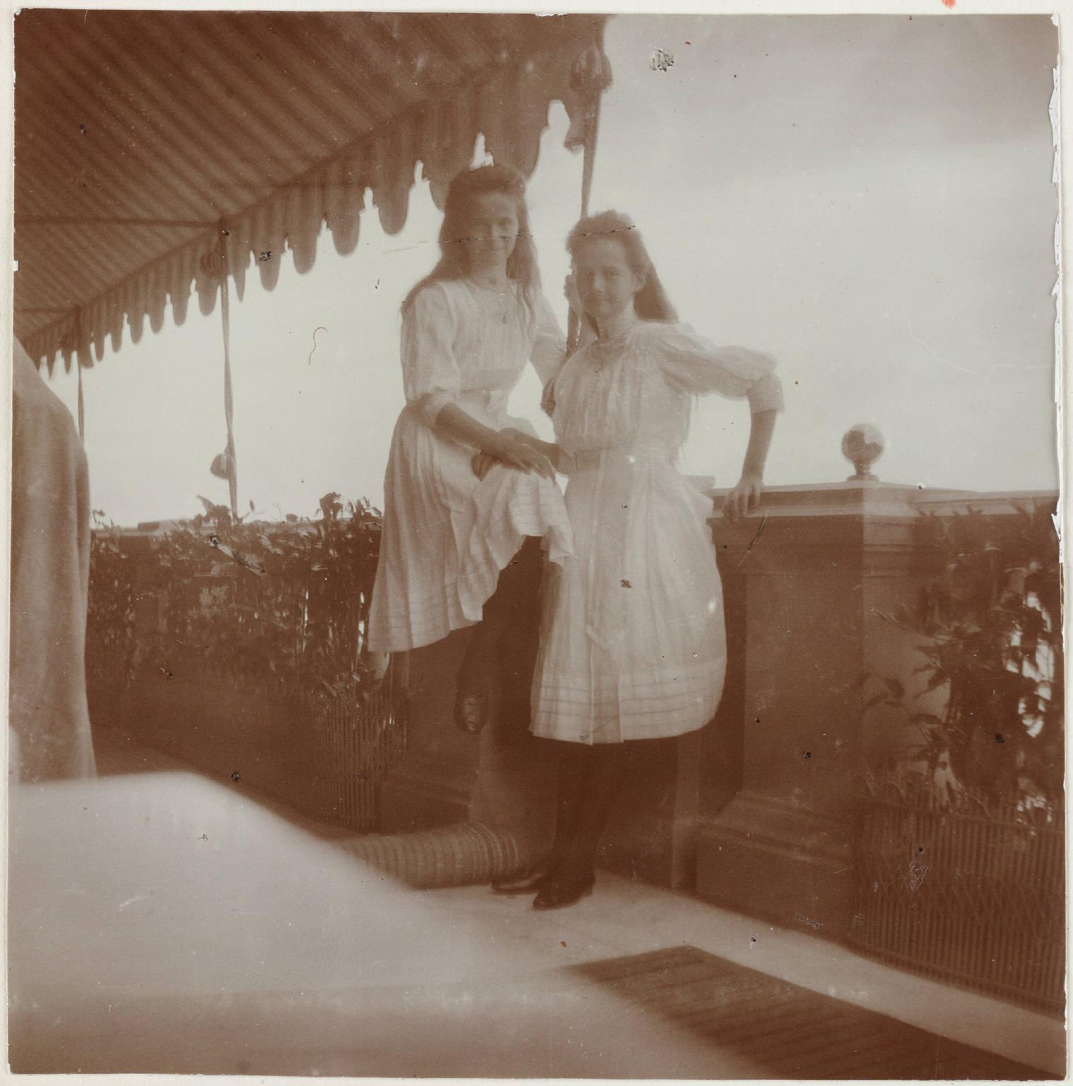 1909. Ольга и Татьяна на балконе Нижней дачи