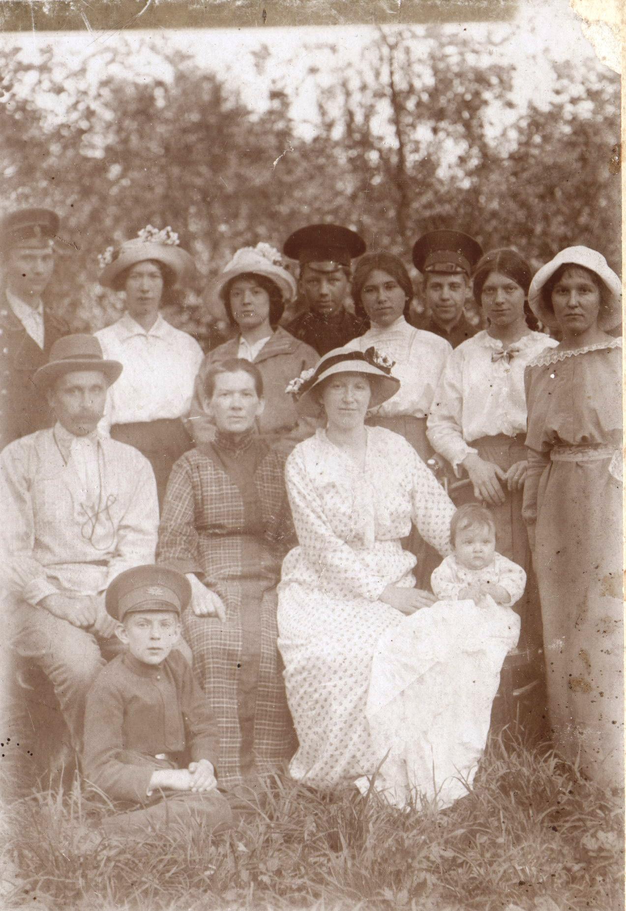 Семейный портрет Тагуновых  в саду дома. 1910-е