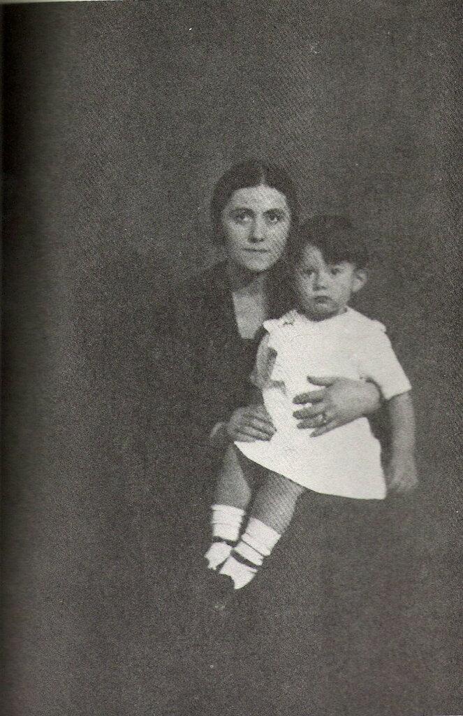 Man Ray, Olga Picasso con el pequeño Paulo, 1923.jpg