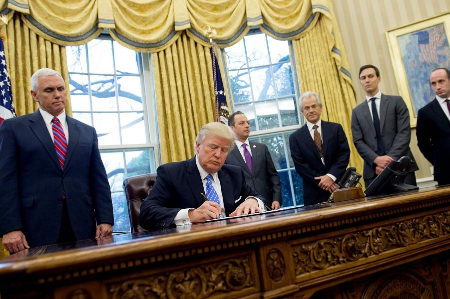 Трамп подписывает исполнительные указы, 23.01.17.png