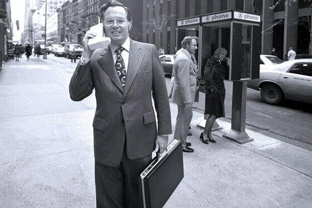 Джон Митчелл разговаривает по первому мобильному телефону Motorola DynaTAC