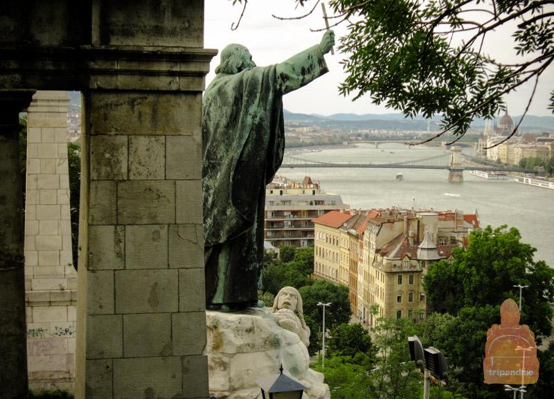Памятник святому Геллерту расположен на склоне горы