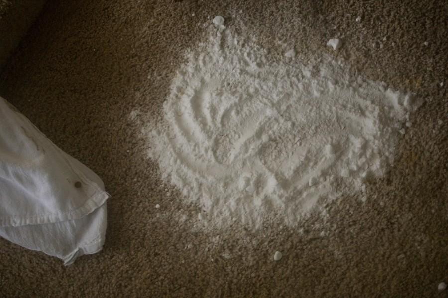 3. Убрать жирные пятна. Чтобы избавиться от жирных пятен на ковре, посыпьте их крахмалом. Когда гряз