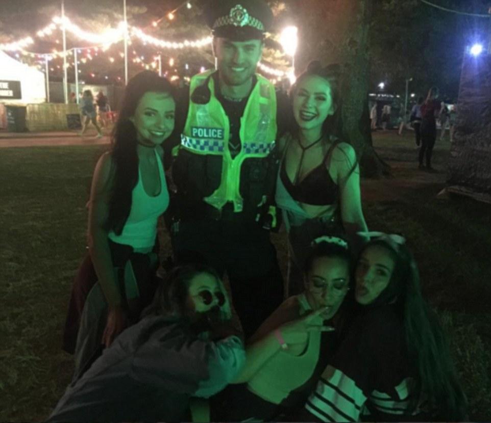 Девушки добровольно позируют с полицейским, Голд-Кост.