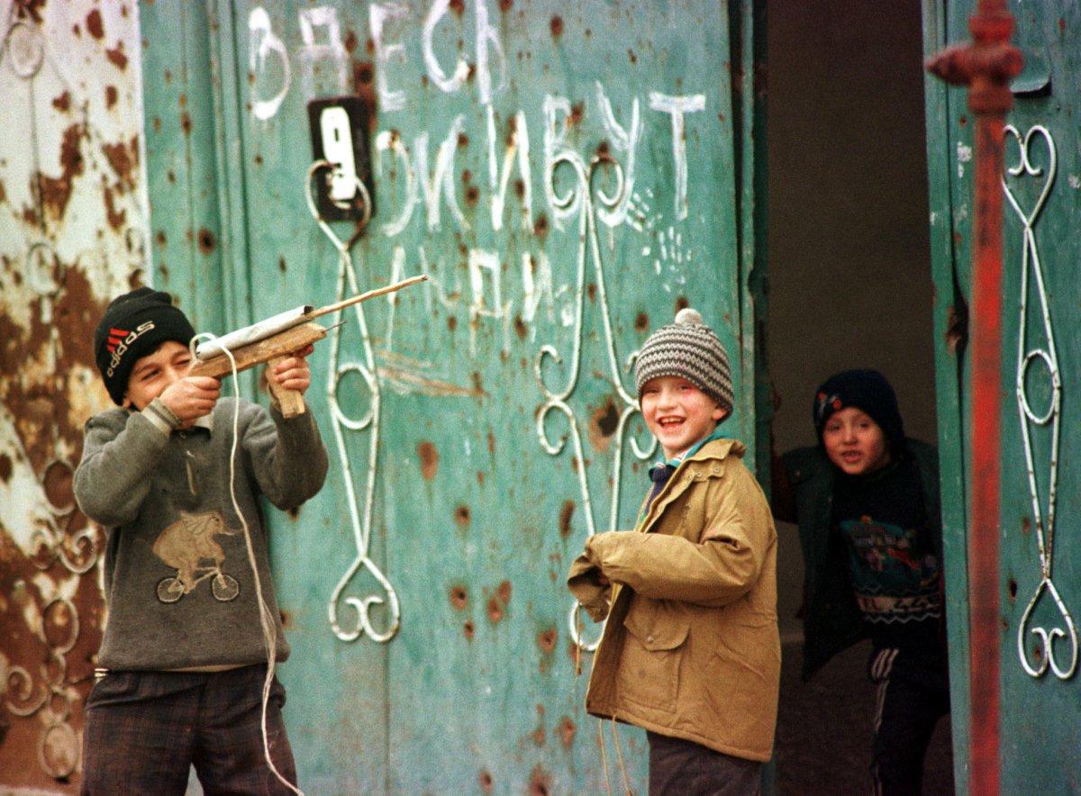 Дети играют на улицах Грозного, август 1999 года.