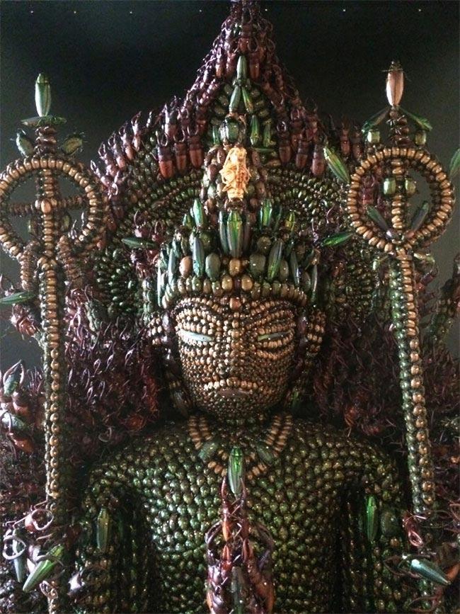 Статуя была сделана из различных видов жуков и насекомых, включая златок и японских жуков-носоро