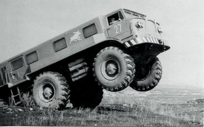 В движение супервездеход приводился двумя двигателями ЗИЛ-375 по 118 л.с. каждый, мощность передавал