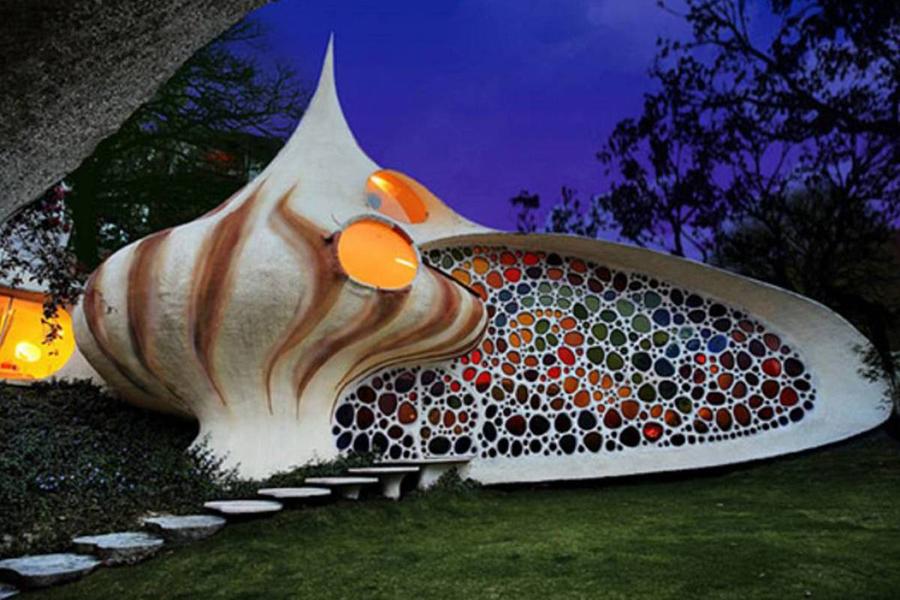 В этом сказочном домике, выстроенном в форме ракушки, живет семья с маленькими детьми, которым тольк