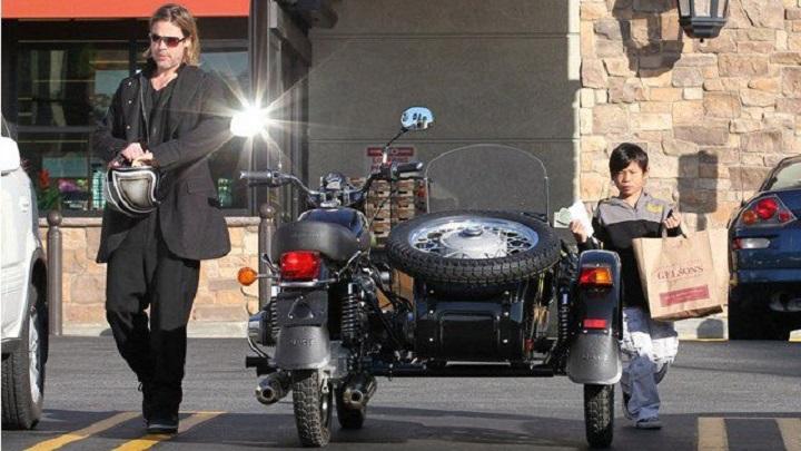 Черный мотоцикл, на котором разъезжает Брэд Питт, абсолютно новый. Новый мотоцикл актера — се
