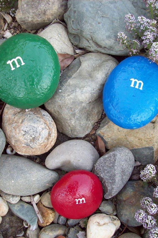 24. Цветные камни сделают ваш сад веселее Здесь фантазия может быть безграничной.