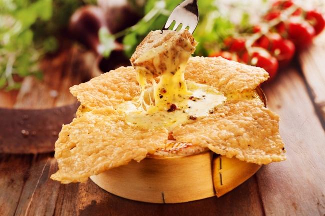 Сырные чипсы Ингредиенты: 100 г пармезана или любого сыра твердых сортов Приготовление: Натираем сыр