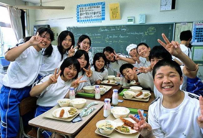 © treehugger.com  Вначальной исредней школе для ребят готовят специальные ланчи, меню которы