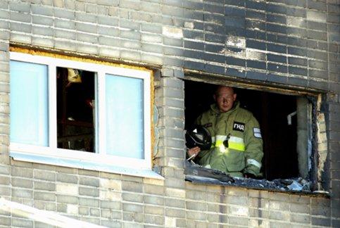 Работники МЧС спасли 2 человек изпожара вдоме в столицеРФ
