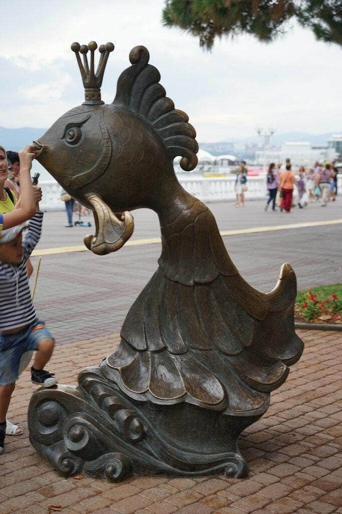 """Геленджик. Статуя """"Золотая рыбка"""""""