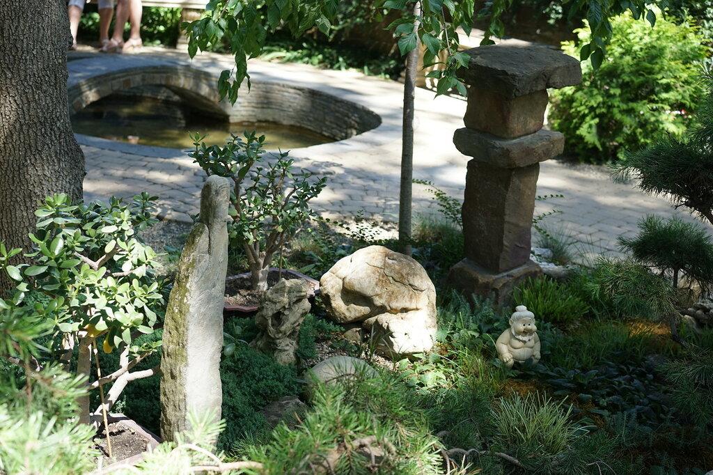 """Культурный центр """"Старый парк"""". Пруд с мостиком и японский каменный сад."""