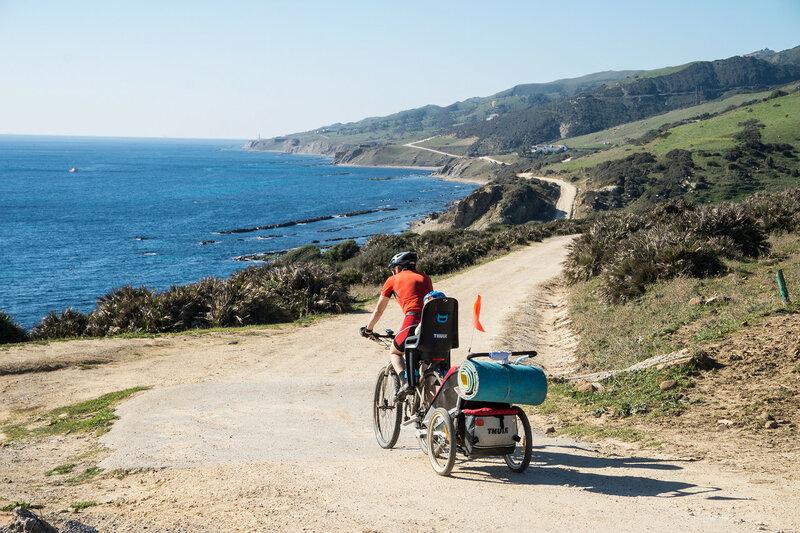 на велосипеде по дороге вдоль берега гибралтарского пролива в парке эстречо