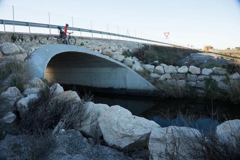 на велосипеде по технической дороге вдоль A-491