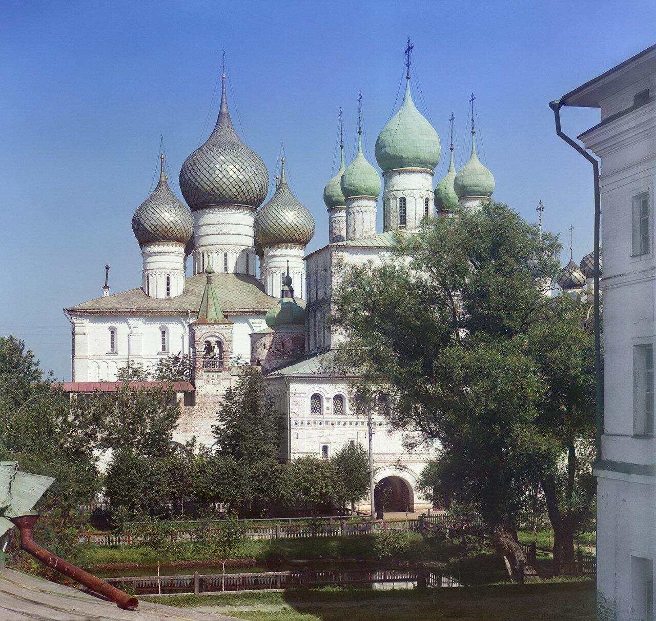 Кремль. Церковь Воскресения и Успенский собор. Вид со стены