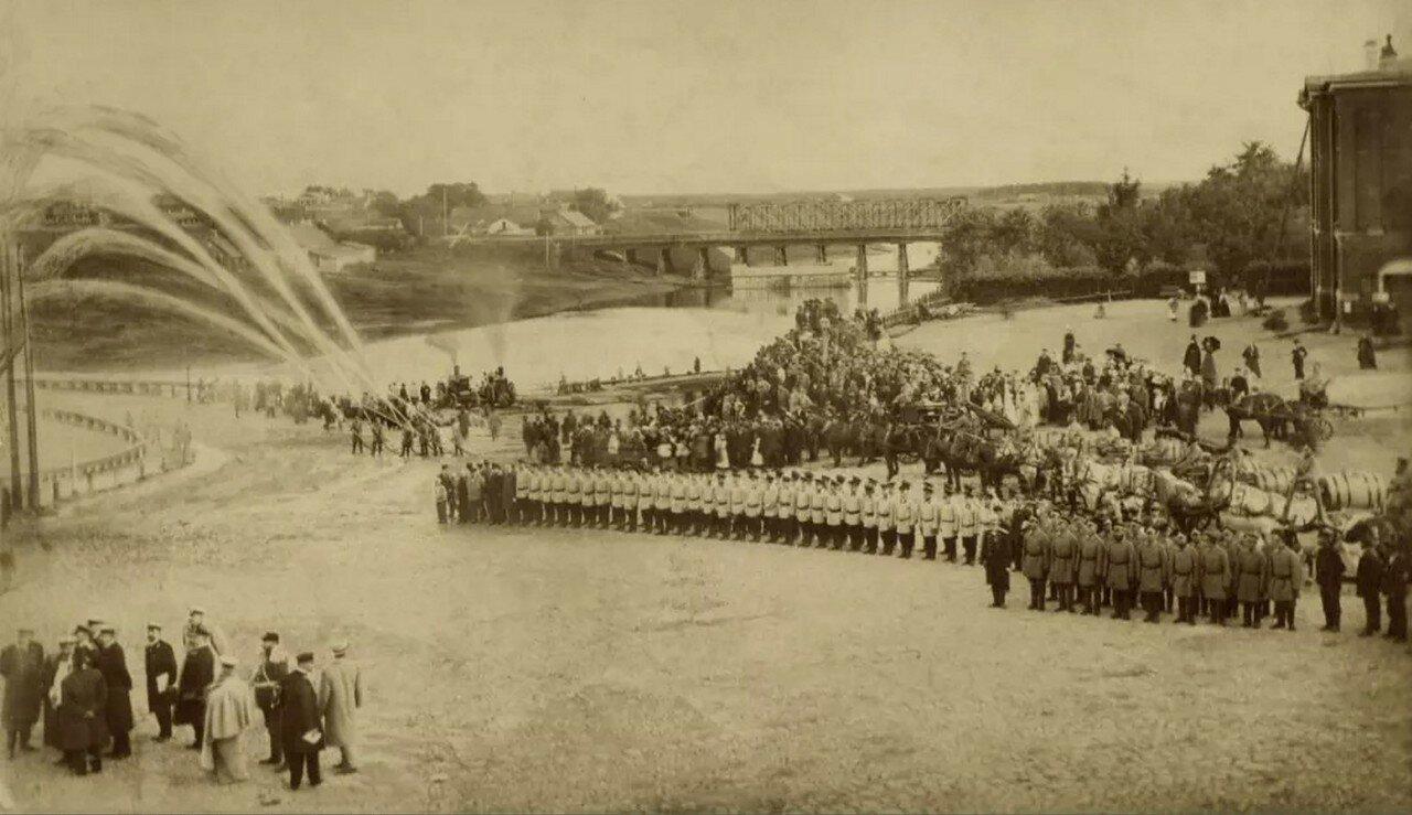 Пожарные команды на учениях на Театральной площади