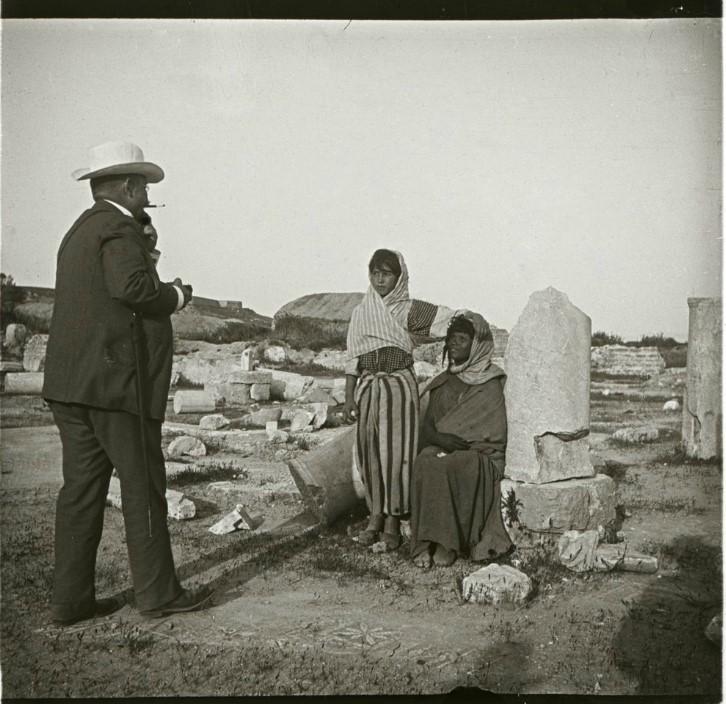 1910. А.В. Живаго и две местные девушки Лалахем и Салха на фоне руин. Тунис, развалины древнего Карфагена