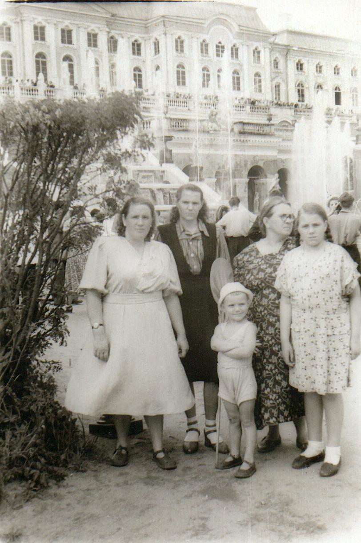 1953. У Большого каскада