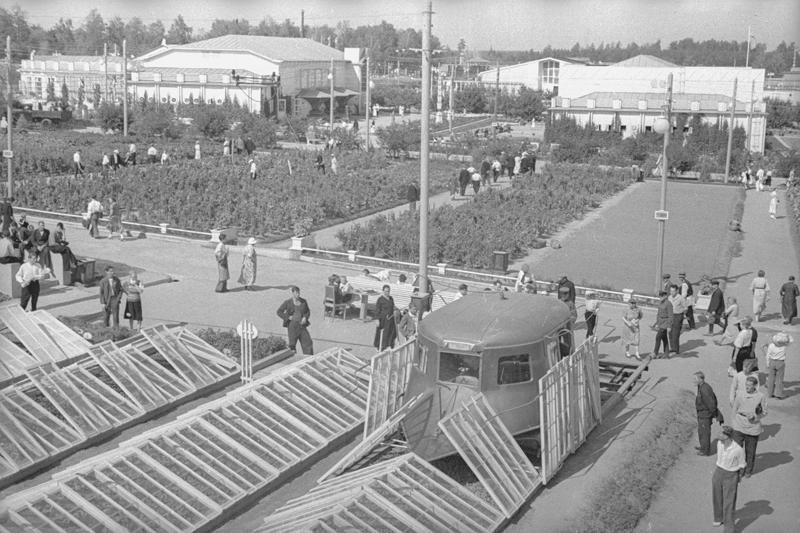 1939 ВСХВ. Парниковый комбайн. Владислав Микоша.jpg