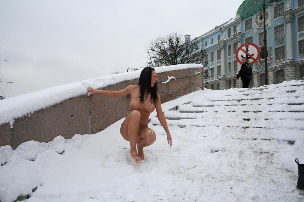 Голая Аня в зимнем Питере