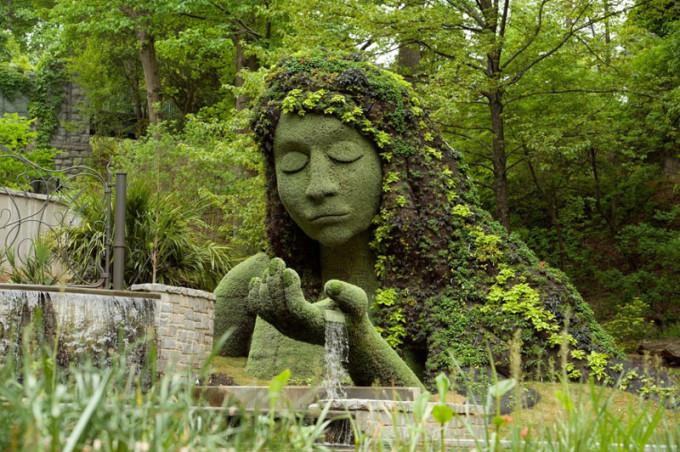 Фото: Богиня Земли в Ботаническом саду Атланты