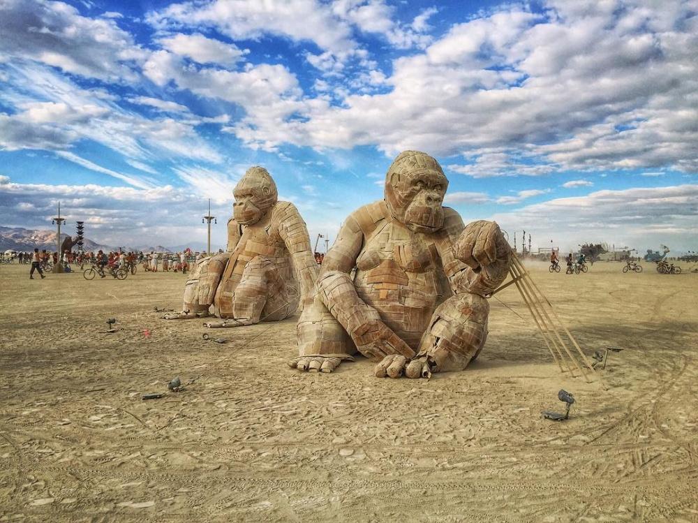 Одни изхозяев фестиваля— две массивные гориллы, выполненные изкартона.