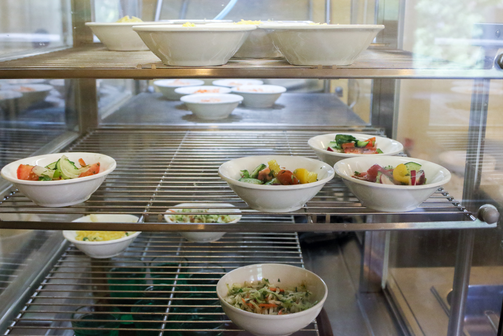 Салатов много, салаты разные: овощные, из морковки и, кажется, оливье. Цены приятные.