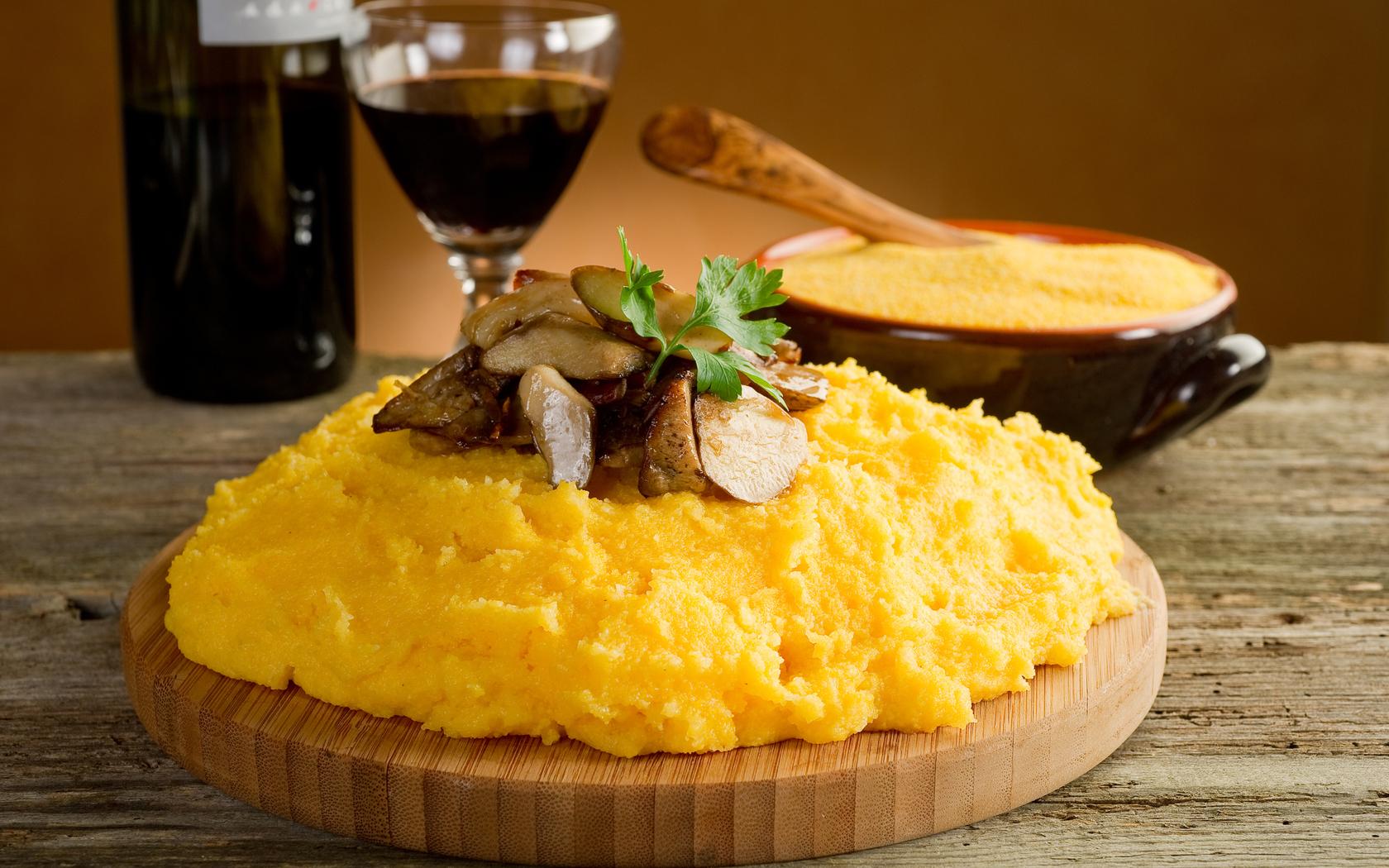Мамалыга, Молдова Это аппетитная, золотистая и нежная каша из кукурузы, которую подают с жареным мяс