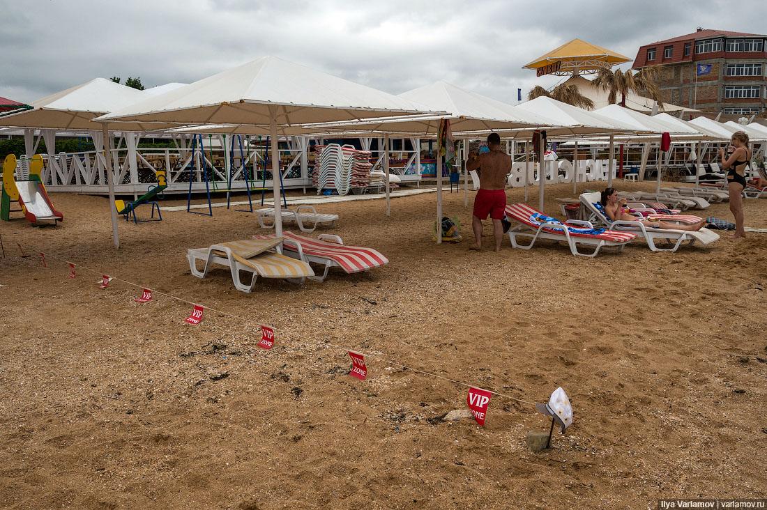 13. Пляж 117 и какой-то самострой прямо на берегу. Вообще, здесь непаханое поле для бульдозеров. Оче