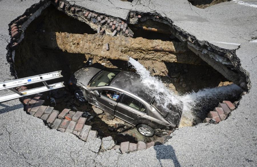 1. 3 июля 2013 года в Толидо, штат Огайо, в результате прорыва водопровода образовалась карстовая во
