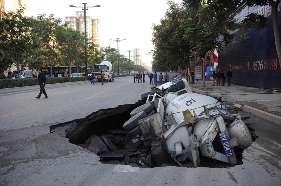 15. В карстовой воронке оказался цементовоз, город Сиань провинции Шэньси, Китай, 28 сентября 2012 г