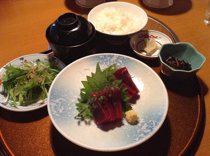 3. Кужира Цена такого блюда, которое готовится из китового мяса, довольно высока, именно поэтому так