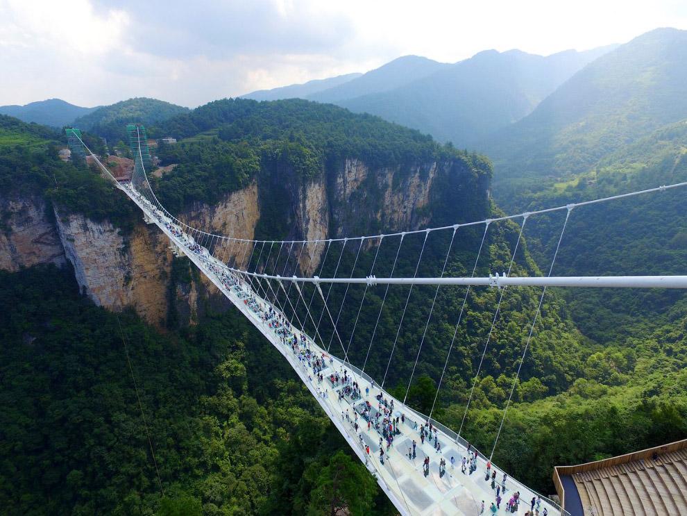 19. Длина сооружения составляет 430 м, а ширина — 6 м. Мост из 99 трехслойных прозрачных стекля