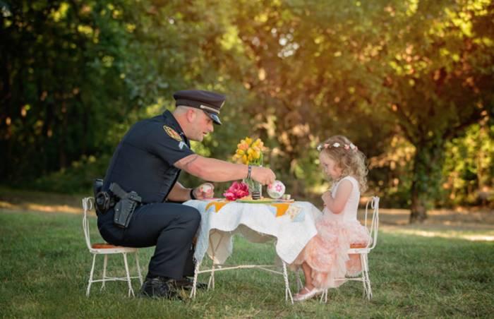 Чтобы девочка могла лично поблагодарить полицейского, ее мама устроила чаепитие и отослала приглашен