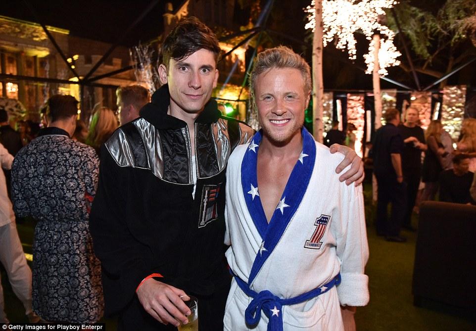 Актер Эштон Холмс пришел на вечеринку в халате в стиле Дарта Вейдера.