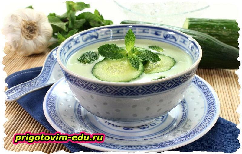 Холодный суп с огурцами и сыром