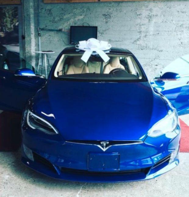Сотрудники отблагодарили босса за повышение зарплаты машиной