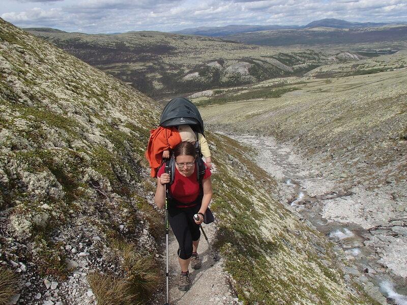 ребенок спит в рюкзаке-переноске Deuter Kid Comfort III в походе по горам Норвегии