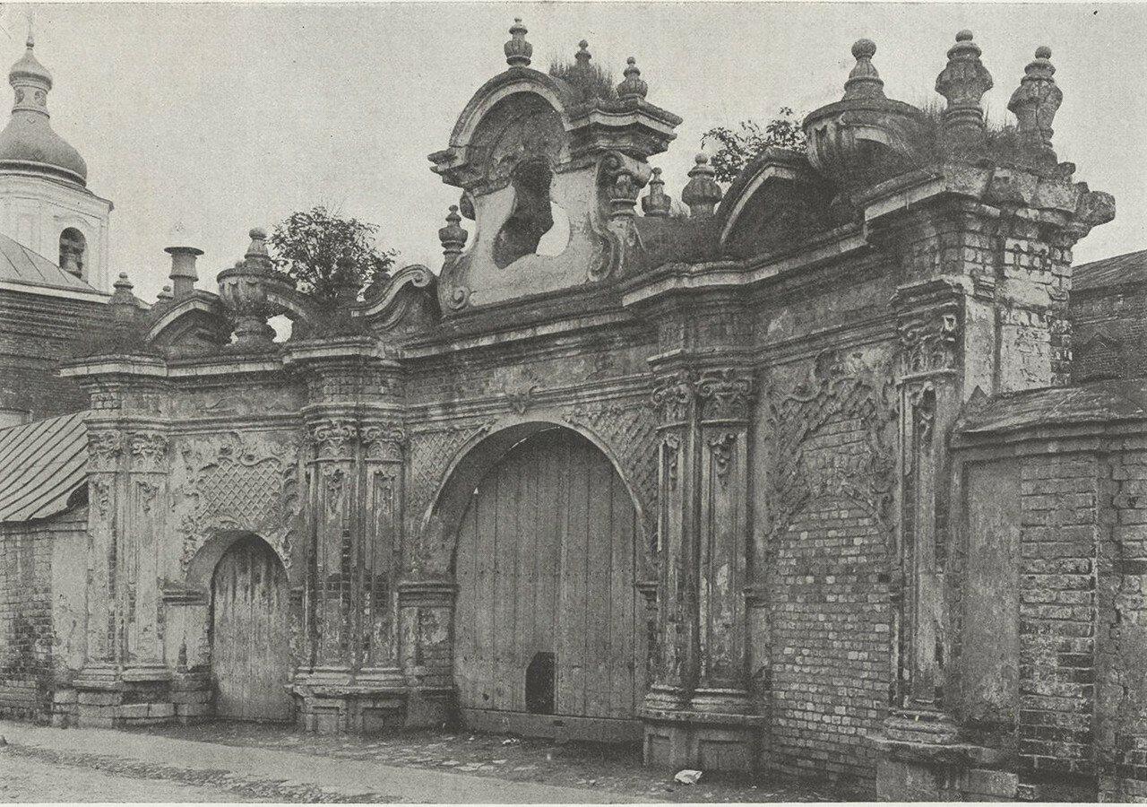 Барочные ворота. Ломовский переулок