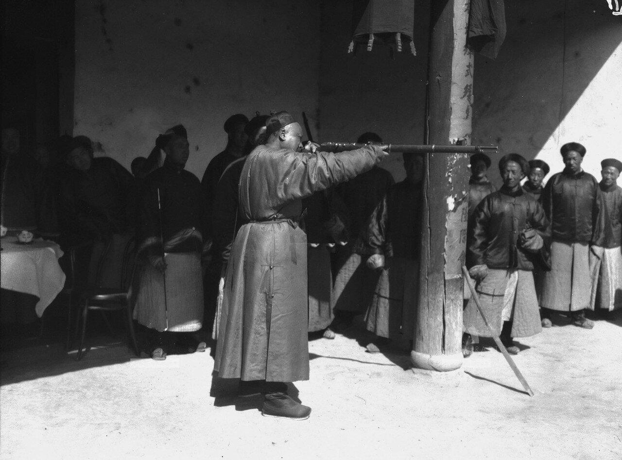 Местный тан пробует стрелять из подаренного оружия
