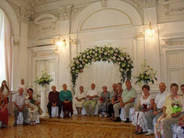 """В Херсоне """"золотая свадьба"""" торжественно отметили сразу 10 супружеских пар (фото)"""