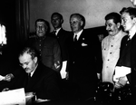 Молотов подписывает пакт, Риббентроп стоит за его спиной рядом со Сталиным.png