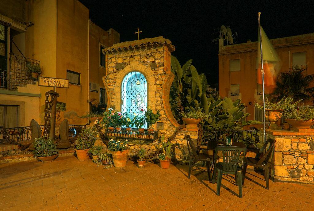 Ночная Таормина. Площадь итальянских моряков (Piazzetta Marinai d'Italia). HDR, extremal colors